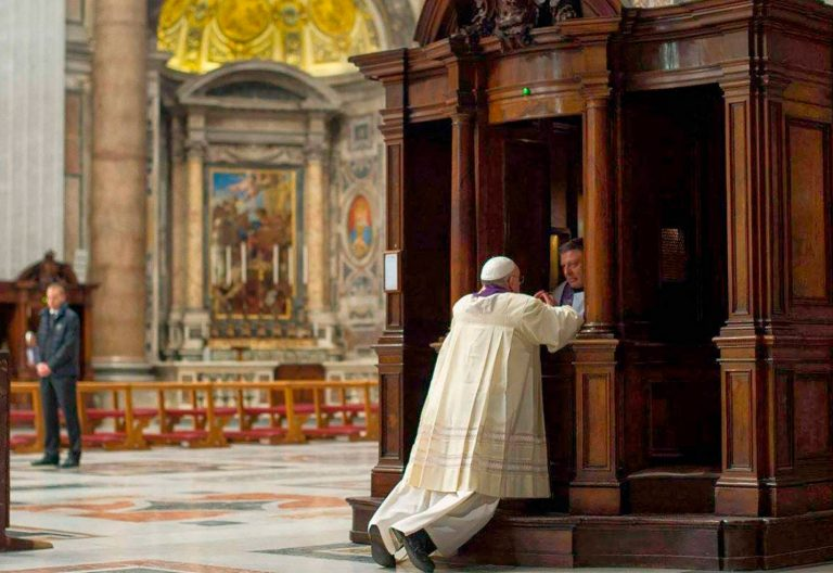 El papa Francisco se confiesa en San Pedro