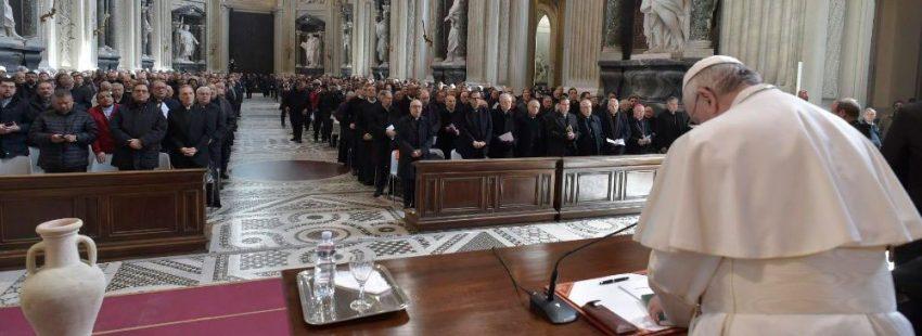 El papa Francisco con los sacerdotes de Roma en la Basílica de San Juan de Letrán