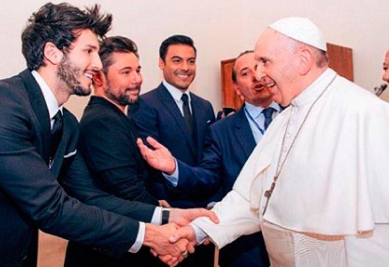 El cantante colombiano Sebastián Yatra saluda al papa Francisco