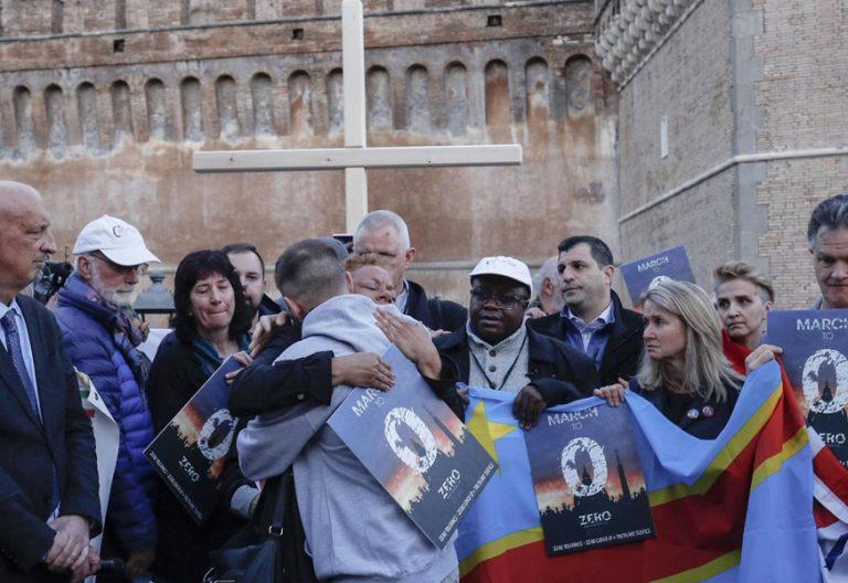 Un grupo de víctimas de abusos sexuales se concentran en el Vaticano durante la cumbre antipederastia celebrada en el Aula Pablo VI del 21 al 24 de febrero de 2019