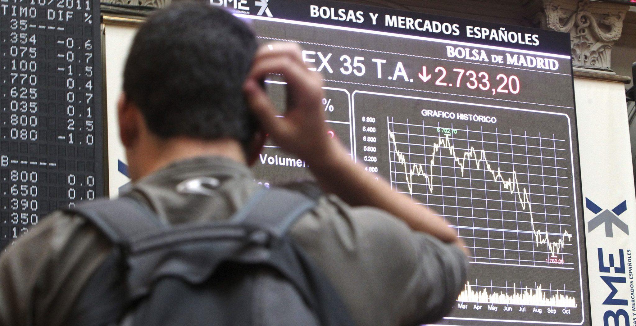 Un hombre observa los índices económicos en la Bolsa