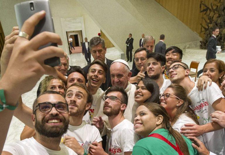 Selfie del Papa con un grupo de jóvenes