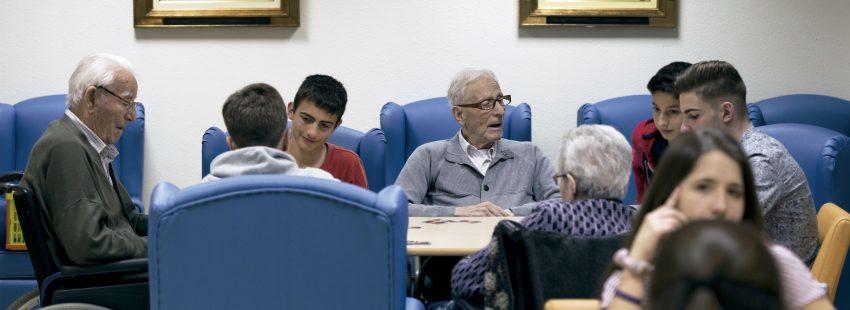 Jóvenes y ancianos del proyecto intergeneracional de las Dominicas de Tarragona