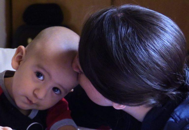 Una madre con su hijo/EFE