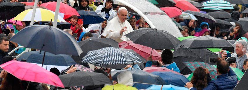 El papa Francisco, en la audiencia general lluvia