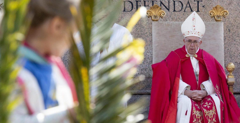 El Papa Francisco bendice las palmas del Domingo de Ramos