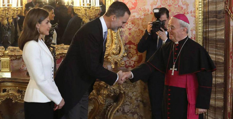 El nuncio Renzo Fratini saluda al rey Felipe VI durante un recepción en el Palacio Real de Madrid