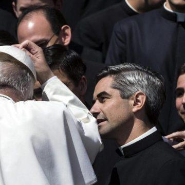 El Papa Francisco, con un grupo de sacerdotes legionarios