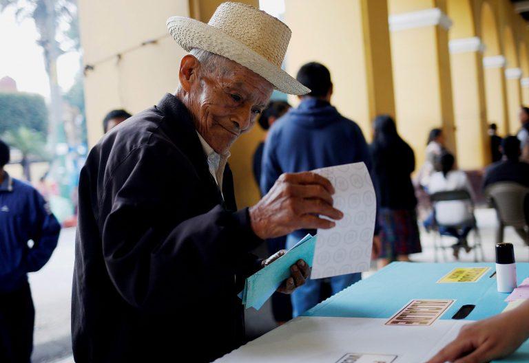 Un anciano vota en el municipio indígena de San Juan Sacatepéquez