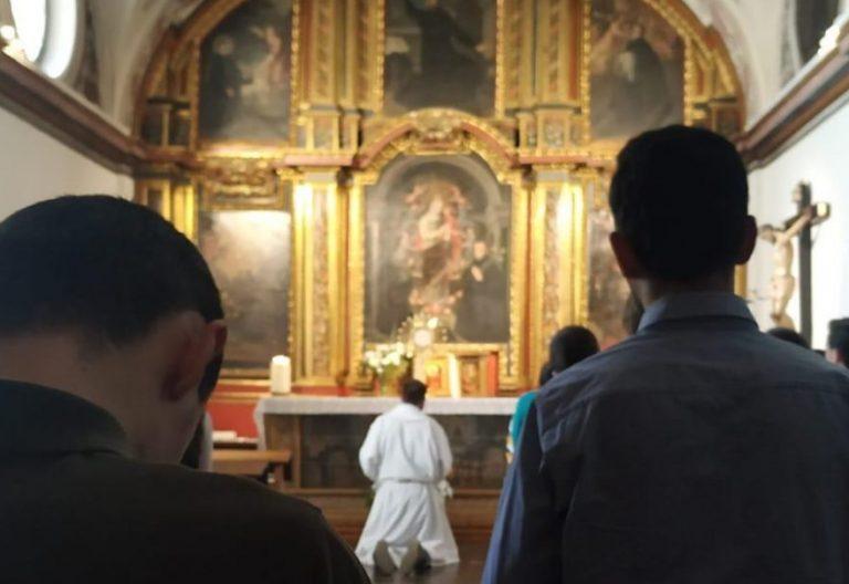 Los jóvenes, durante la exposición del Santísimo en el Centro de Espiritualidad de Valladolid