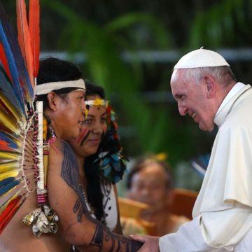 El Papa Francisco saluda a una familia indígena/EFE