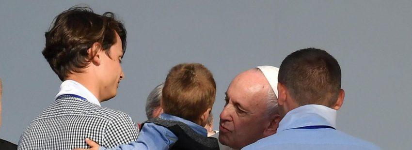 El Papa Francisco, con una familia en el encuentro de Iasi/EFE