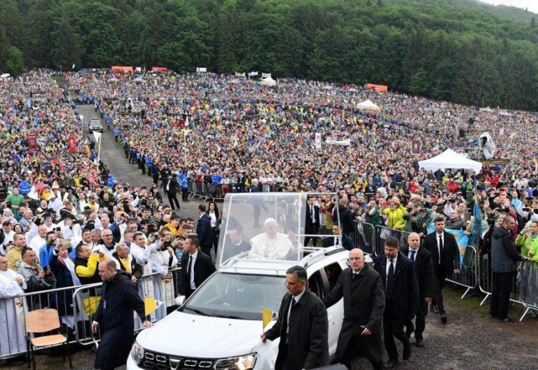 El Papa Francisco, en el santuario de Sumuleu Ciuc (Rumanía)/EFE