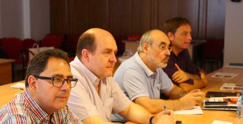El secretario general de CONFER, Jesús Miguel Zamora, entre los participante del Foro Sobre Movilidad Humana