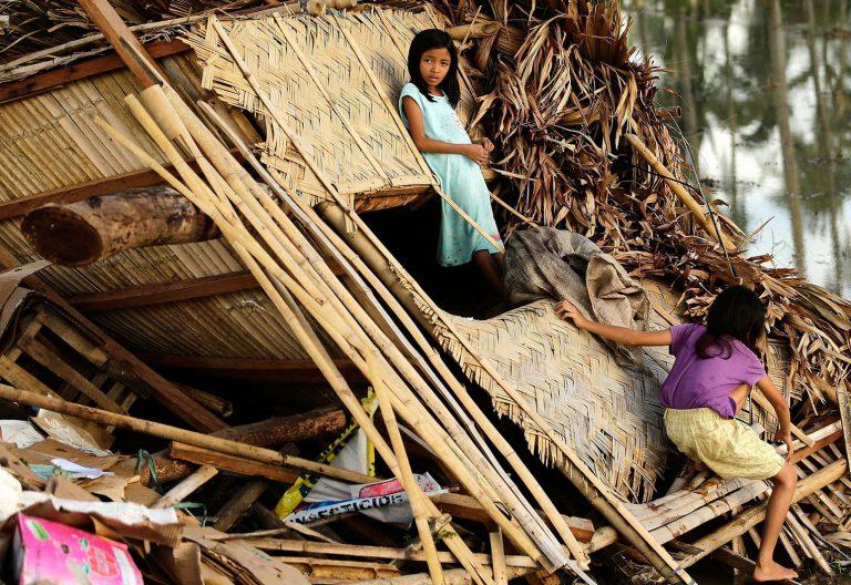 Dos niñas tras el paso de un tifón en Filipinas