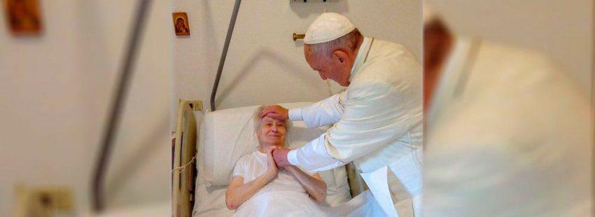 El papa Francisco visita a una hija de la caridad enferma