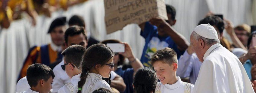 El Papa Francisco, con unos niños, en la audiencia general