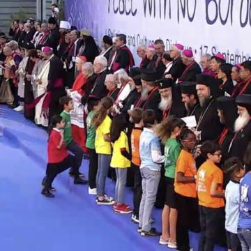 Un grupo de niños entrega el manifiesto por la paz a los líderes religiosos