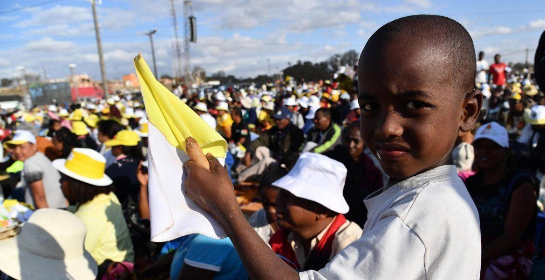 Un joven peregrino, durante la vigilia de oración con el Papa en Antananarivo