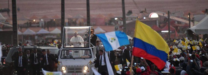 El Papa, entre la multitud que le esperaba en Antananarivo para la vigilia de oración/EFE