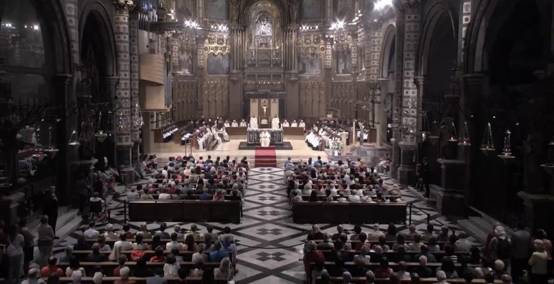 La misa dominical de Montserrat, repleta de fieles durante la petición de perdón del abad/VN