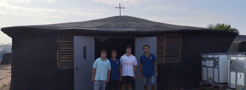 cofrades ante una capilla en construcción en un asentamiento chabolista de inmigrante en Lucena, Huelva, a cuya construcción están contribuyendo. Septiembre 2019