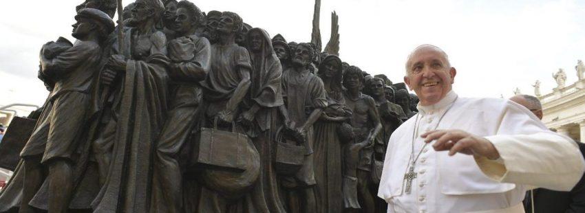 papa escultura migrantes