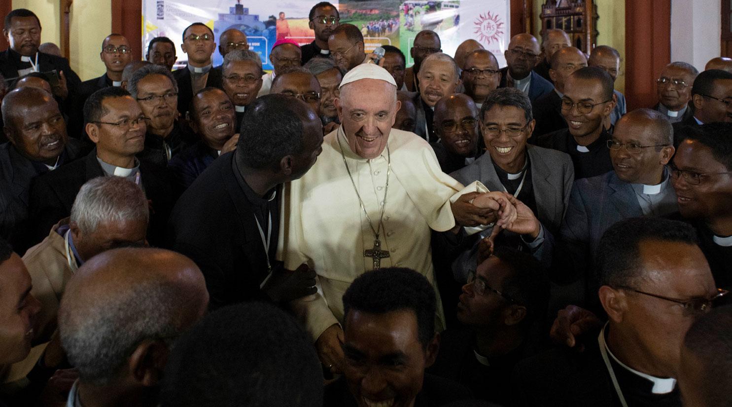 El papa Francisco, con los jesuitas durante su viaje a Mozambique