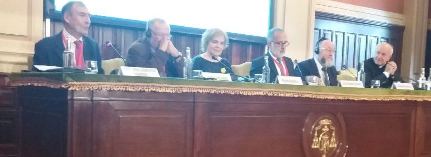 Pilar Rahola y Vincenzo Paglia en una mesa redonda durante el Encuentro por la Paz organizado por Sant'Egidio en Madrid en septiembre de 2019