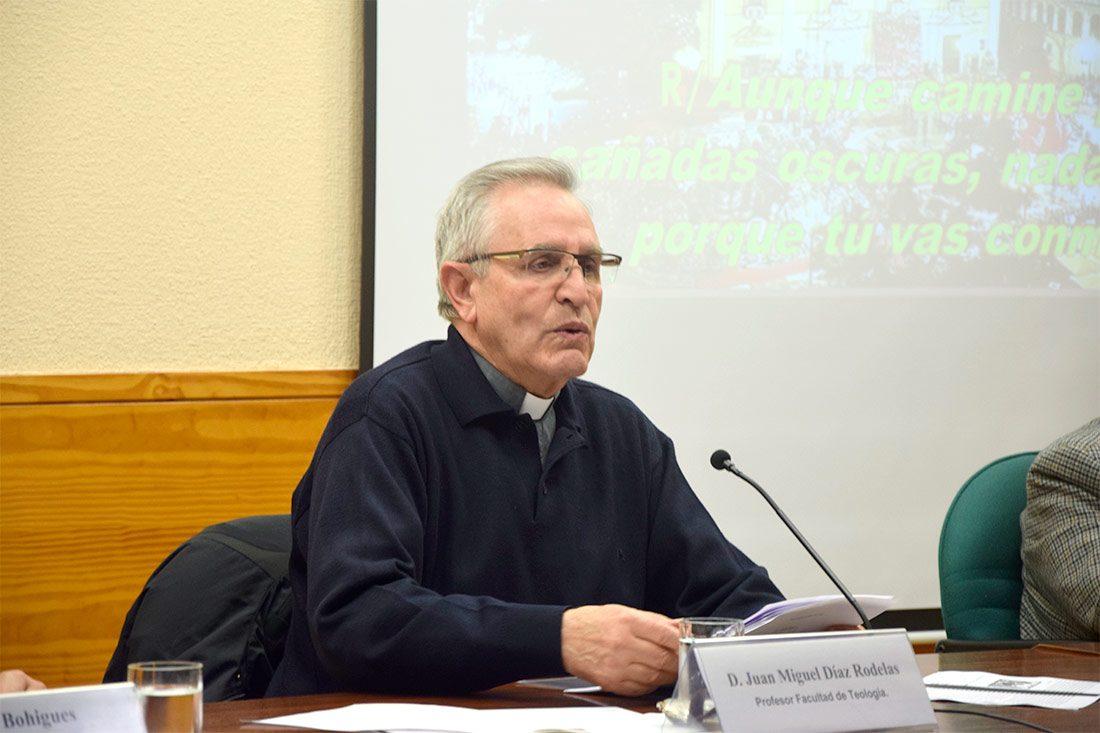 El biblista Juan Miguel Díaz Rodelas durante una de sus múltiples conferencias