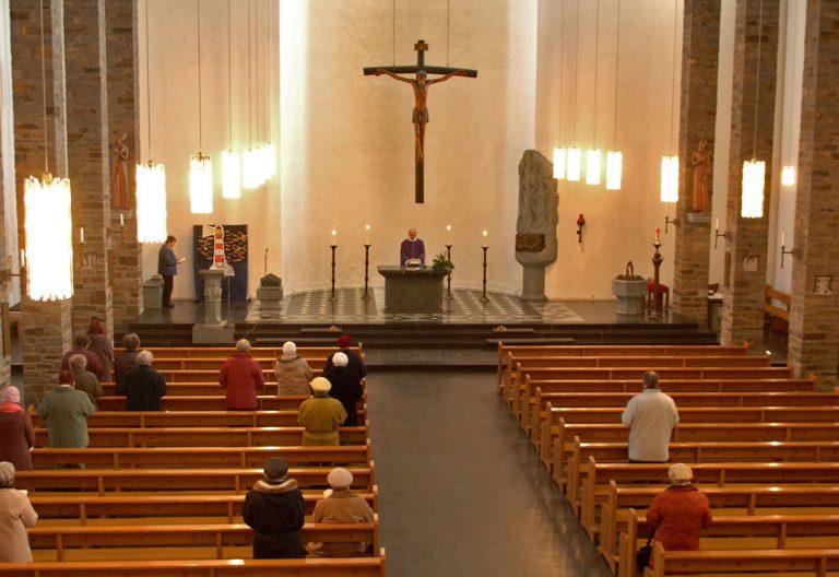 Iglesia semivacía