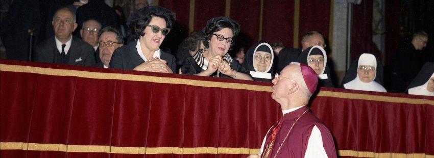 Un padre conciliar pasa ante las tribuna donde se sienta las mujeres en el Vaticano II