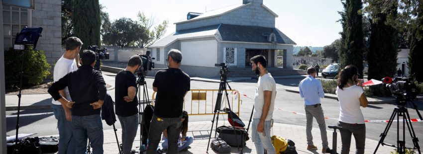 exhumacion-franco-periodistas ante la capilla-mingorrubio-para inhumacion