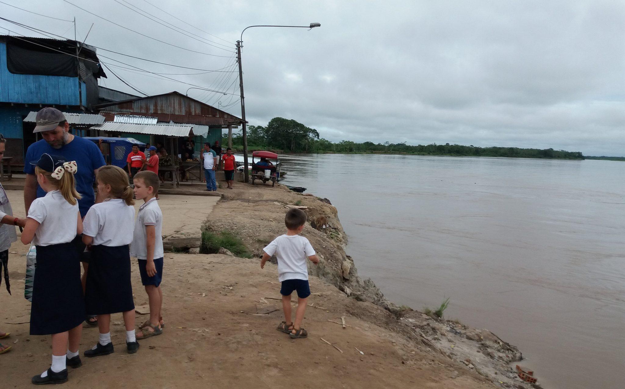 jaime palacio misionero corazonista con sus hijos en vicariato yurimaguas peru