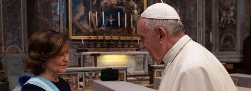 La vicepresidenta del Gobierno de España saluda al papa Francisco antes del consistorio