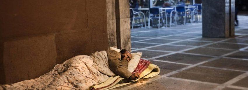 persona sin hogar durmiendo en una acera españa