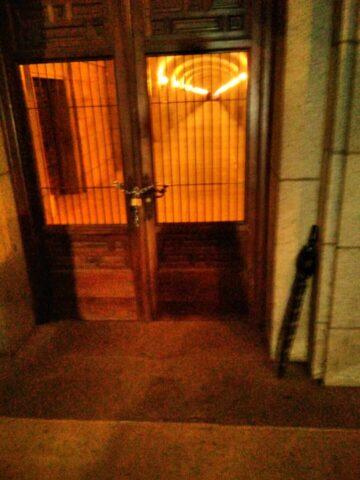 La puerta de acceso de los monjes a la basílica permanece sellada
