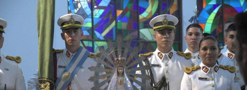 Militares argentinos que participan en una ceremonia en la cual recibieron la imagen de la Virgen de Luján, patrona de Argentina, que quedó en manos del Reino Unido después la Guerra de las Malvinas, en Buenos Aires. Una imagen de la Virgen de Luján regresó este lunes al país suramericano 37 años después del conflicto bélico tras ser bendecida por el papa Francisco en El Vaticano. EFE/ DANIEL DABOVE /TELAM/ SOLO USO EDITORIAL / NO VENTAS