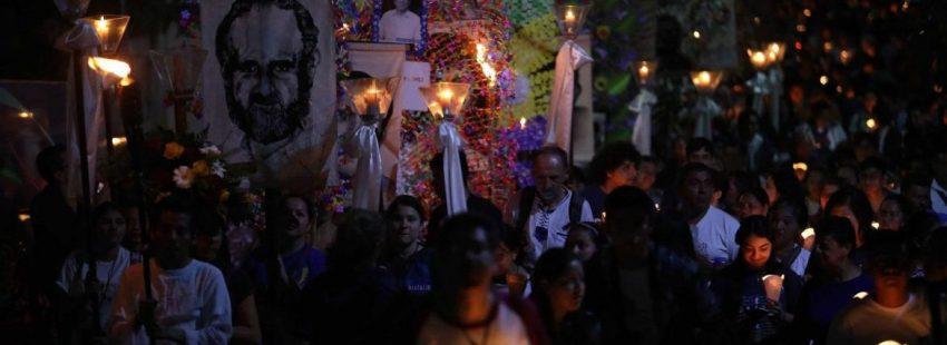 Miles de salvadoreños conmemoran el aniversario de la masacre de la UCA/EFE