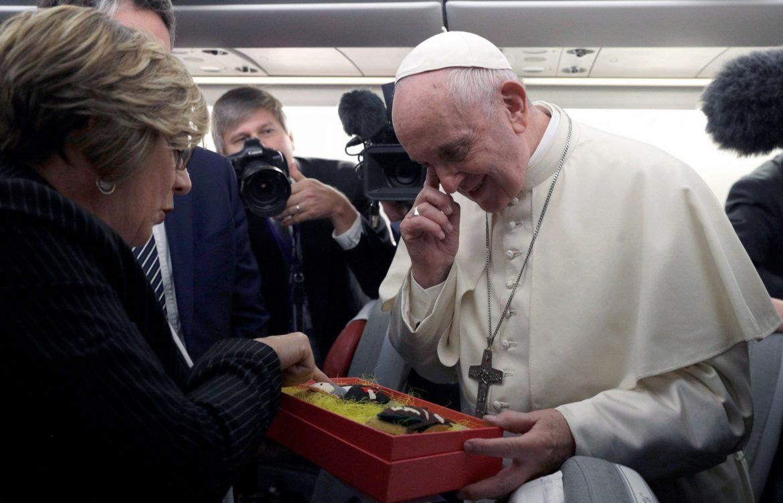 Eva Fernández entrega al Papa dos muñecos de Santiago Apóstol y San Ignacio de Loyola/EFE