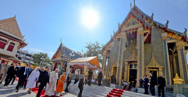 El Papa, a su llegada al principal templo budista de Bangkok