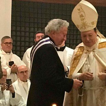 Antonio Pelayo recibe la medalla del Arzobispado Castrense por parte de Juan del Río