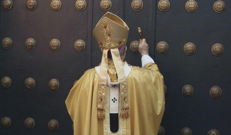 El arzobispo de Sevilla, Juan José Asenjo, abriendo la puerta santa el pasado 23 de noviembre
