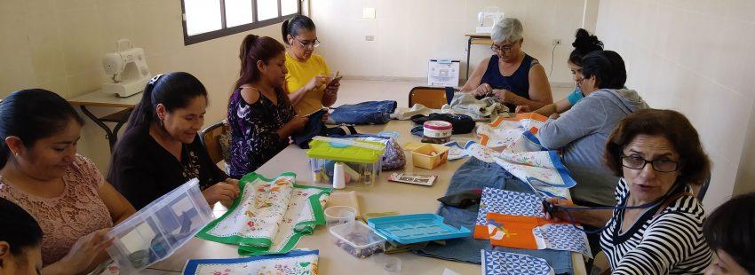 Mujeres realizando talleres