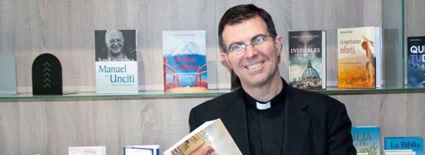 El sacerdote y teólogo Pablo Blanco con su biografía de Benedicto XVI