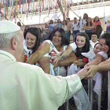 Francisco saluda a mujeres