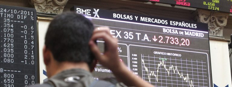 Persona mirando panel Bolsa IBEX