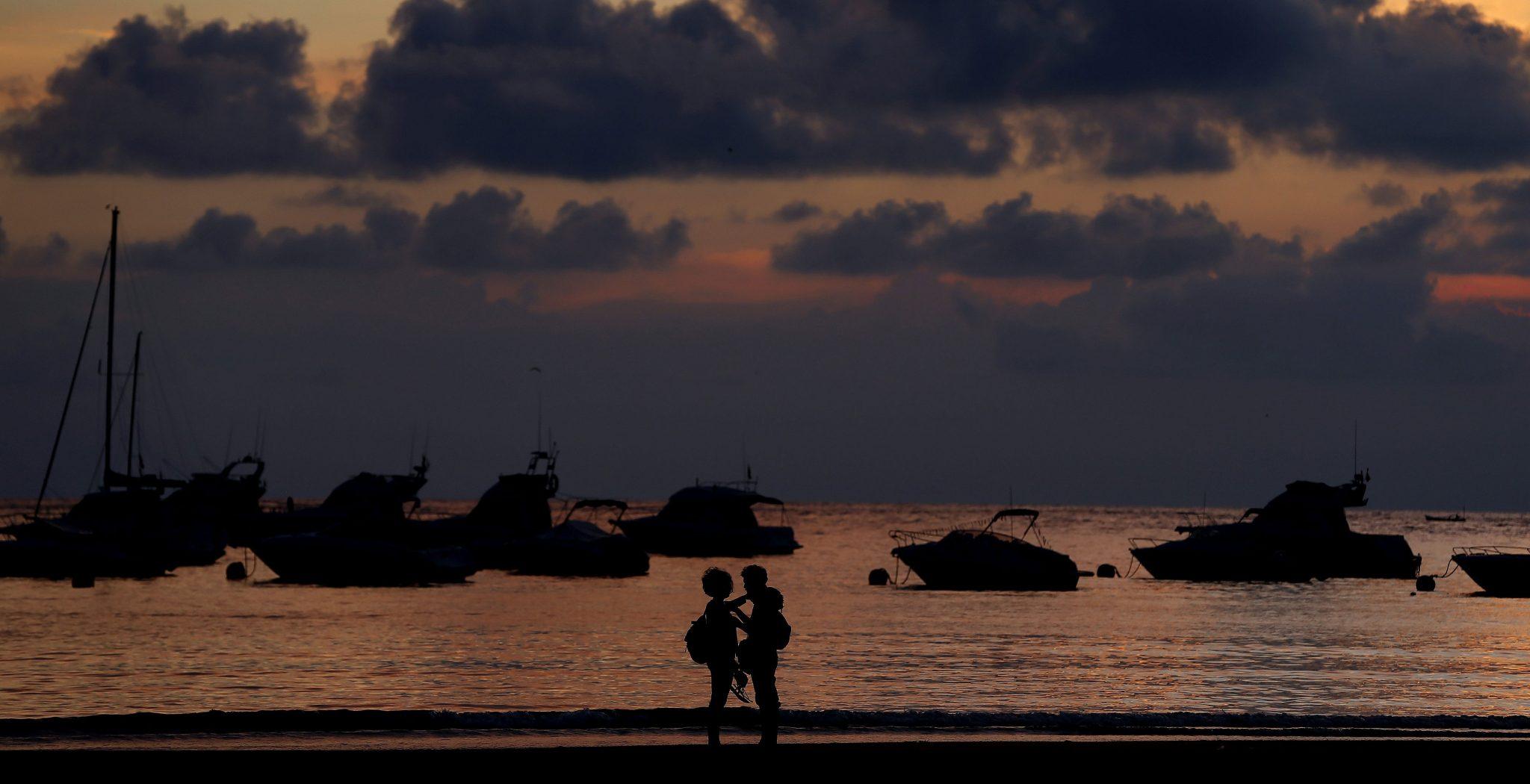 pareja hombre y mujer, anochecer playa