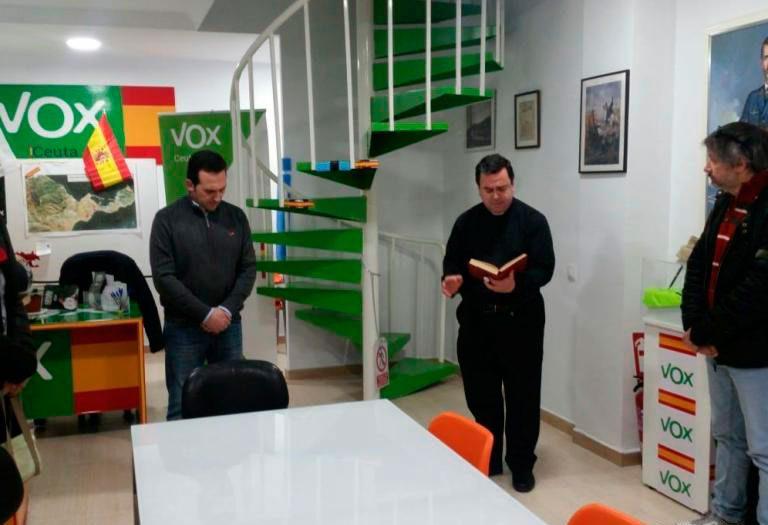 Un sacerdote bendice la sede de Vox Ceuta
