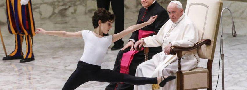 El joven bailarín Jorge Lamelas (Billy Elliot) baila ante el papa Francisco en el Aula Pablo VI